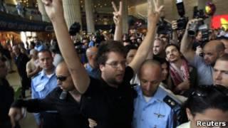 Soldados israelenses retiram um ativista pró-Palestina do aeroporto de Ben Gurion. (Reuters)