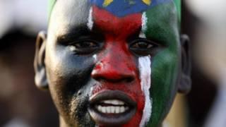 Мужчина, раскрасивший лицо в цвета флага Южного Судана