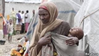 Сомалийская женщина с ребенком на руках