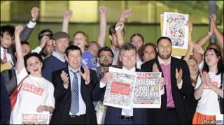 Tổng Biên tập Colin Myler của News of the World  (cầm tờ báo đứng giữa) trước tòa soạn sau khi xuất bản số báo cuối cùng