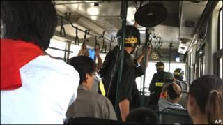 Cảnh sát và những người bị bắt trên xe buýt