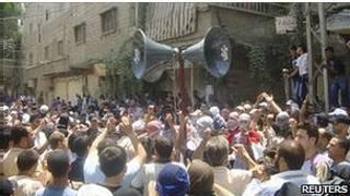 Manifestantes contrários ao regime de Bashar al Assad participam de protesto em Damasco, em 8 de julho de 2011 (Reuters).