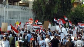 تلفيات عند مدخل السفارة