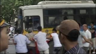 Người biểu tình bị áp tải lên xe buýt (10/07/2011)