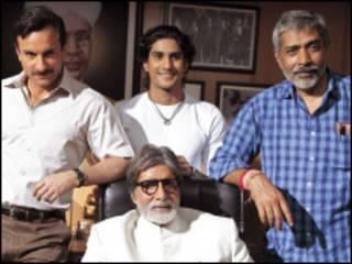 फ़िल्म आरक्षण के सेट पर अमिताभ बच्चन के साथ सैफ़ अली ख़ां, प्रतीक बब्बर और प्रकाश झा