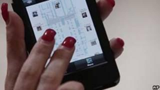 Mulher com celular/AP