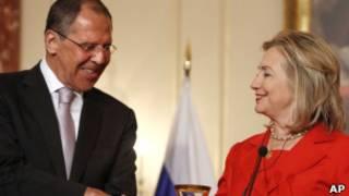 Lavrov e Hillary durante acordo nesta quarta (AP)