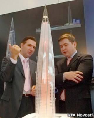 """Двое чиновников обсуждают макет здания """"Охта-центра"""""""