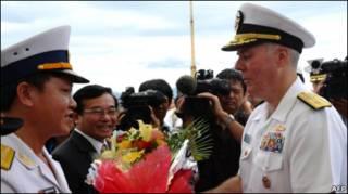 Đại tá Nguyễn Văn Lâm, Phó Tư lệnh vùng 3 hải quân, chào đón Chuẩn đô đốc Tom Carney