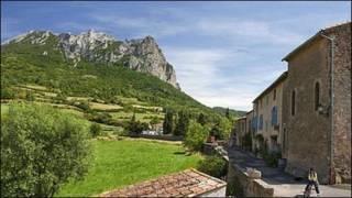 布加哈什山邊的法國小村