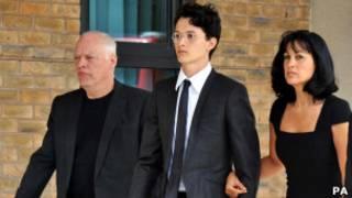 Charlie Gilmour (centro) chega ao tribunal em Londres com seu pai, David, e sua mãe, Polly.