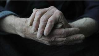 Руки пациента страдающего слабоумием