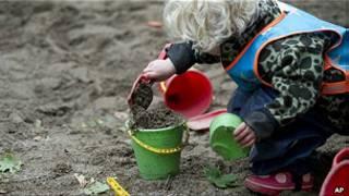 Niña en el jardín de un preescolar