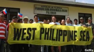 菲律賓國會議員登上中業島