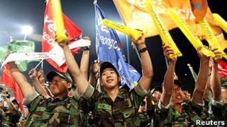 Binh lính Hàn Quốc ăn mừng khi biết tin Pyeongchang được chọn đăng cai Olympics Mùa đông năm 2018