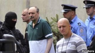 Горан Хаджич в окружении жандармерии