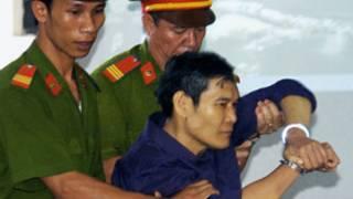 Linh mục Nguyễn Văn Lý bị công an áp giải