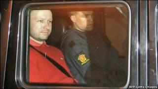 آندرس برینگ برویک در حال ترک دادگاه