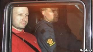 警察押送布雷維克上庭