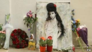 цветы у дома Эми Уайнхаус