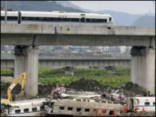 အမြန်ရထားနှစ်စီး တိုက်မှုမြင်ကွင်း