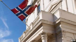 Приспущенный флаг на здании посольства Норвегии в Лондоне