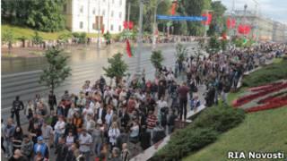 Демонстранты идут по улицам Минска