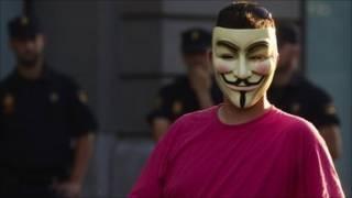Manifestante con la máscara característica del grupo de hackers Anonymous