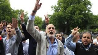 Сторонники ливийской оппозиции у посольства Ливии в Лондоне