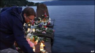 Неподалік Утої на згадку про 68 загиблих запалюють свічки