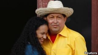 Chávez dança com sua filha na varanda do palácio presidencial, nesta quinta (Reuters)
