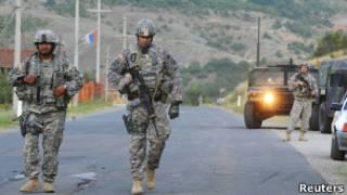 Военнослужащие из американского контингента НАТО патрулируют сербский анклав в Косове