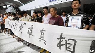溫州動車組追尾事故遇難者家屬在溫州南站拉起橫幅請願(27/7/2011)