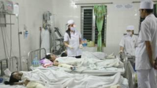 Bác sĩ chữa cho nạn nhân vụ cháy (Ảnh của VietNamNet)