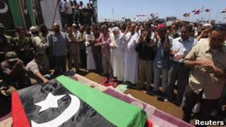 Enterro do general Younes, em Bengazi.