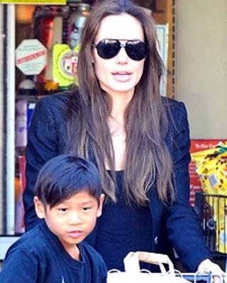 Angelina Jolie và con trai nuôi Pax Thiên gốc Việt