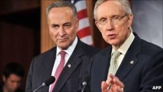 O líder da maioria no Senado dos EUA, Harry Reid (dir.) e o senador democrata de Nova York, Chuck Schumer, durante pronunciamento em Washington (AFP)