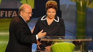 O presidente da FIFA, Joseph Blatter, recebe a presidente Dilma Rousseff no sorteio dos grupos da Copa de 2014, no Rio de Janeiro (AFP)