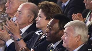 Da esq.: presidente da FIFA, Joseph Blatter, a presidente Dilma Rousseff, Pelé e o presidente da CBF, Ricardo Teixeira  (AFP)