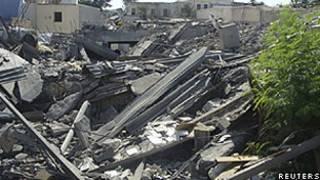 Destruição no complexo onde fica a televisão estatal da Líbia, em Trípoli (Reuters)