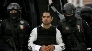 Jose Antonio Acosta Hernandez acompanhado da polícia no México (AP)