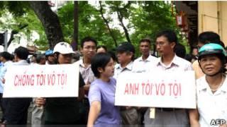 Bên ngoài phiên tòa xử CHHV tại Hà Nội ngày 4/8/2011