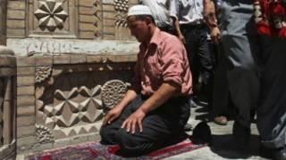 مسلم من اليوغور يؤدي الصلاة