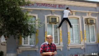 Активист пишет лозунг  на стене