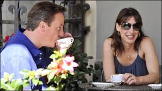 ब्रितानी प्रधानमंत्री पत्नी के साथ