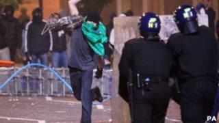 Manifestante joga pedra na polícia