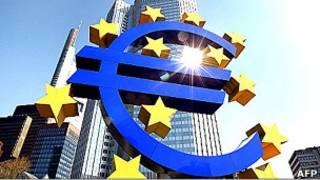 Símbolo do euro, na sede de BC europeu, em Frankfurt. AFP