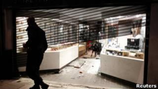 倫敦北部一家被洗劫一空的珠寶店(07/08/2011)