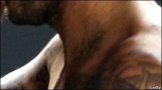 Нац ій фотографії, можливо, погано видно, але тепер на шиї у Бекхема є Harper