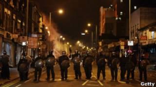 Лондоская полиция на улицах города во время беспорядков